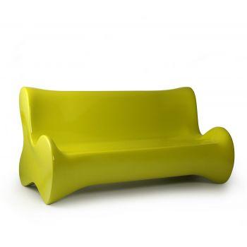 Sofá de diseño Doux junto con butaca y mesa