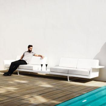 Delta, un sofá con mesa incorporada en el centro