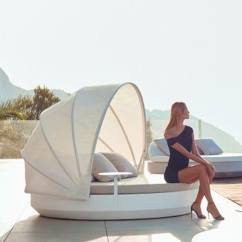 Protégete del sol con estilo en la cama redonda con parasol plegable Daybed Vela