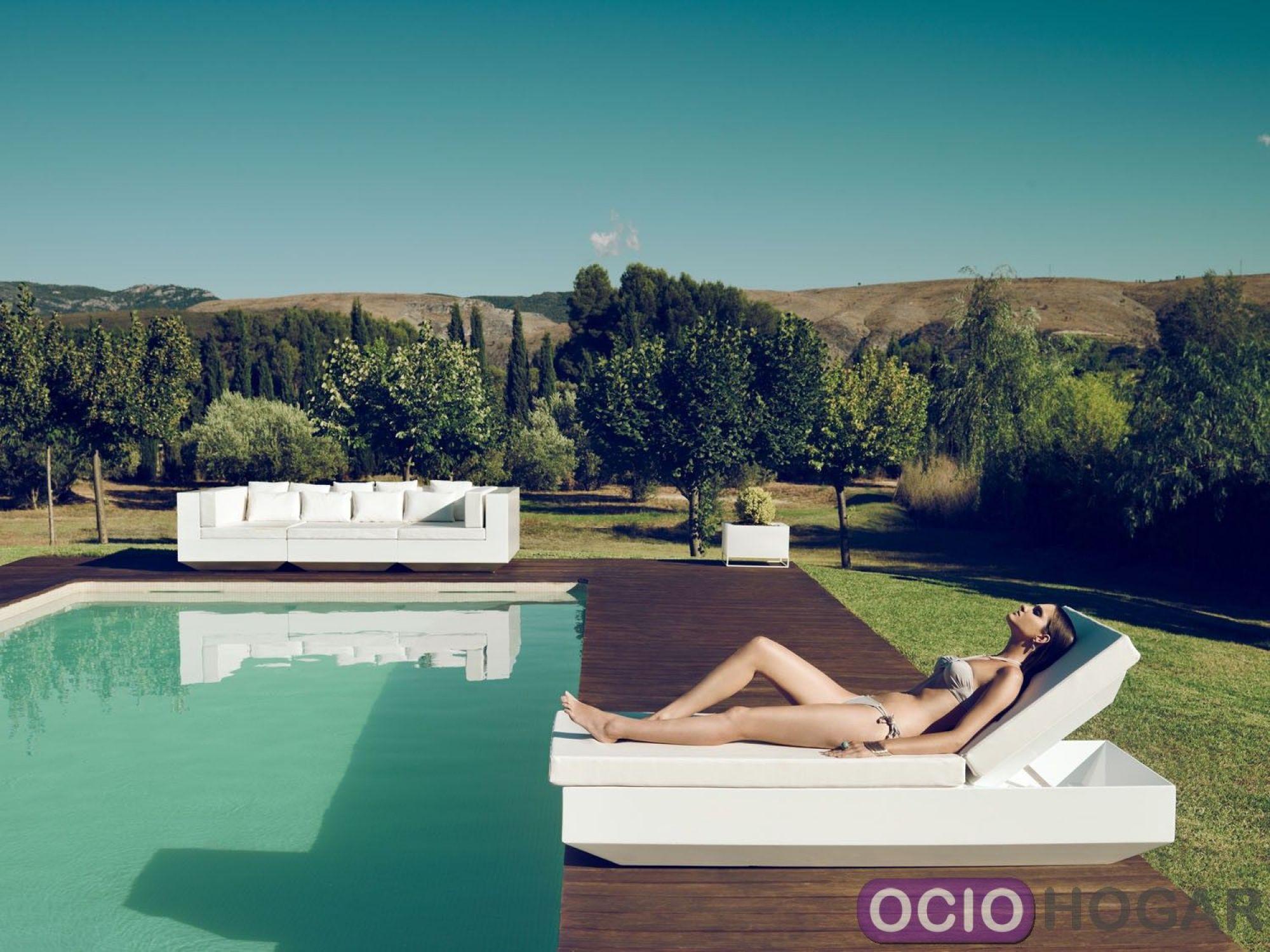 Tumbona y mesita vela de vondom - Jardines con piscinas fotos ...